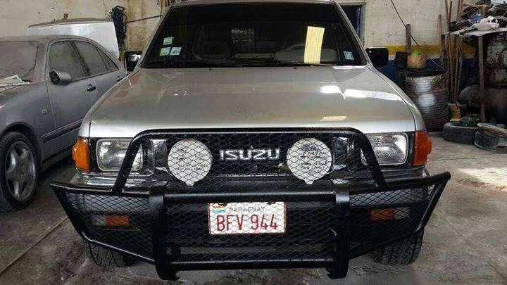 Camioneta Isuzu doble cabina 4x2 de Automotor - 0