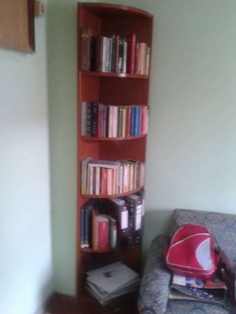 Esquinero de madera y mesita de madera en excelente estado for Muebles de oficina quilmes andres baranda