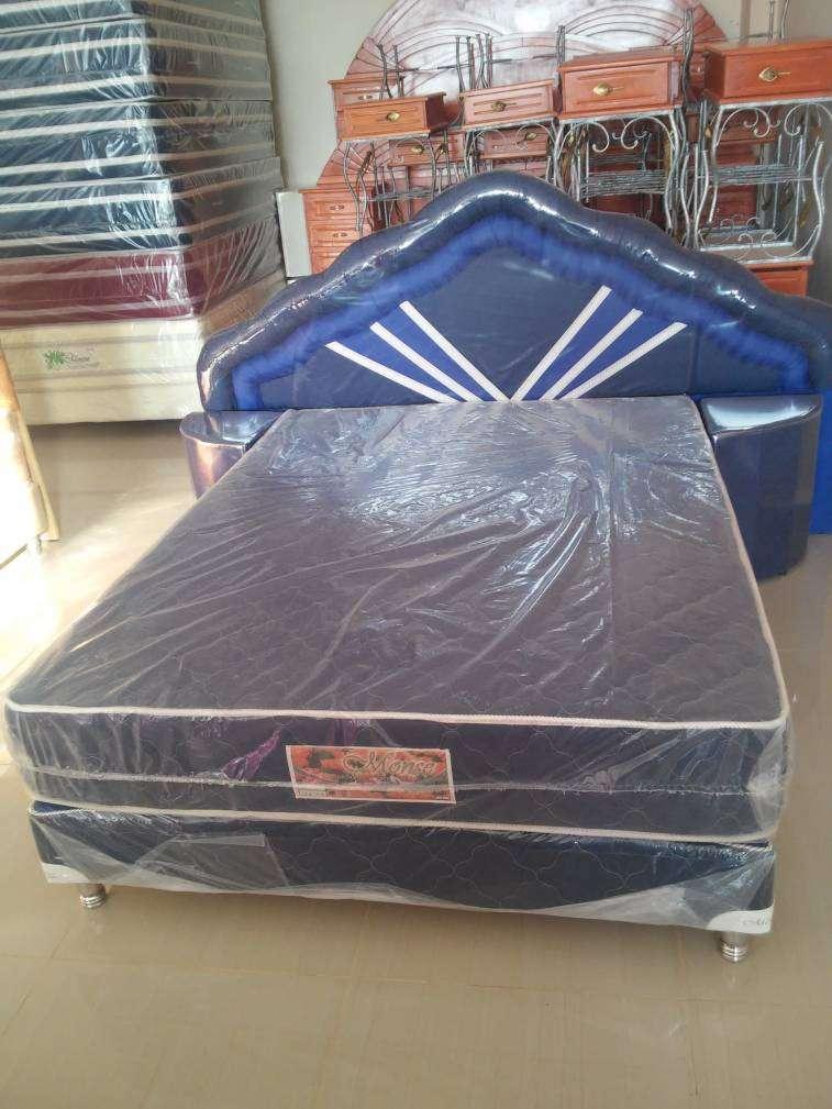 Sommier 1,40 x 1,90 m base colchón cabecera y mesitas - 0