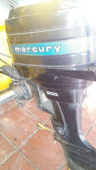 Lancha con motor Mercury de 20 HP
