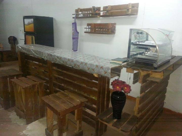 Barras con 7 taburetes 2 mesas con 8 sillas 3 porta objetos todas hechas de palets augusto - Sillas hechas con palets ...