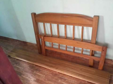 Cama de madera sin colchón