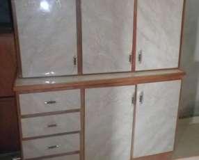 Mesada y alacena de cocina de tres puertas