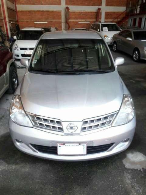 Nissan Tiida 2009 Plateado naftero motor 1.6 cc