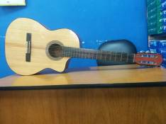 Guitarra acústica con estuche