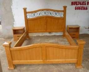 Cama de madera maciza lustrada de 1,40 y mesitas sin colchón