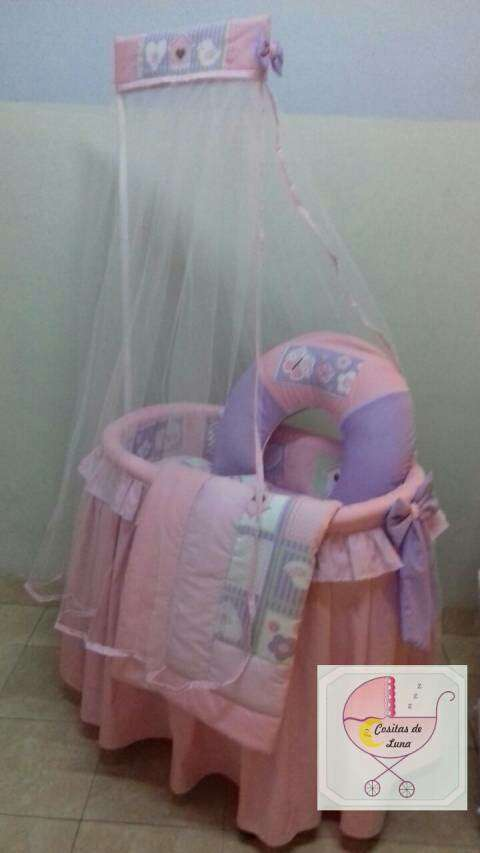 Moisés de mimbre con ajuar para bebé