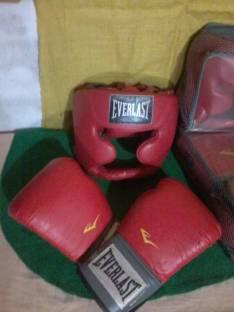 Guantes y cascos de boxeo