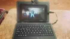 Tablet con teclado incluido.