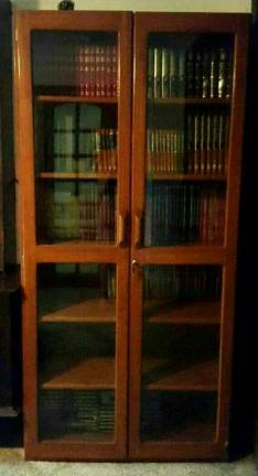Mueble de madera con estantes para libros