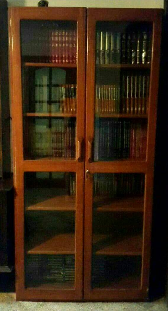 Mueble de madera con estantes para libros luis for Libros de muebles de madera
