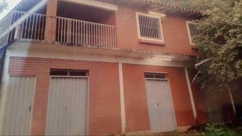Casa de dos plantas en Itauguá