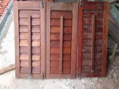 Ventana con marco de madera maciza