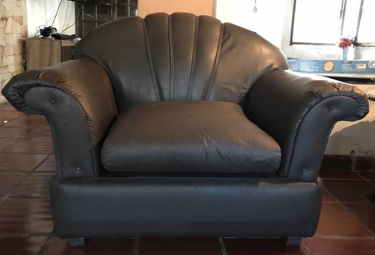Juego de sof de cuerina color gris oscuro y dos sillones for Sofas y sillones a juego