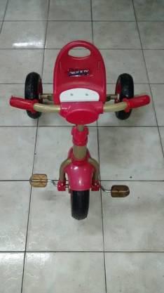 Triciclo a pedal para niños