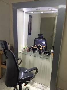 Espejo blanco con luces LED y silla para maquillaje profesional