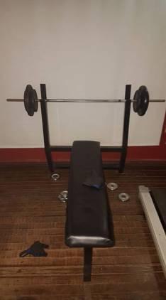 Banco plano con barra y 40 kg en discos