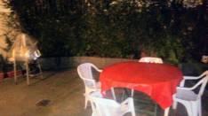 Mesa de madera y sillas de plastico para patio