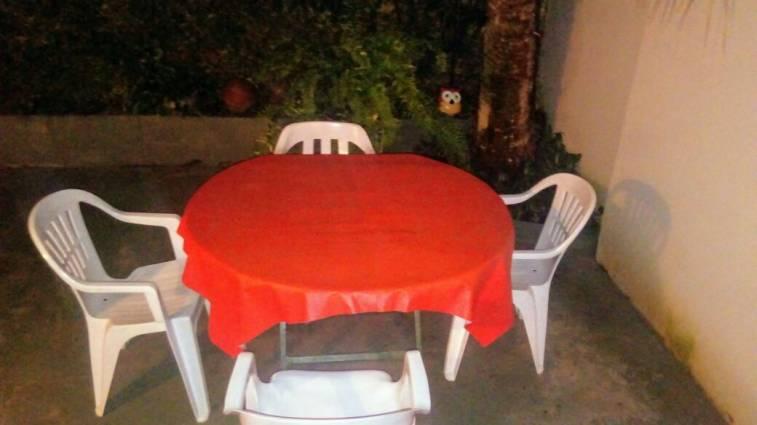 Mesa de madera y sillas de plastico para patio natalia for Mesas y sillas para patios