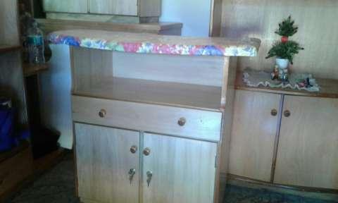 Mesa de planchar con cómoda