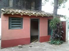 Habitacion mediana con baño y una pequeña cocinita