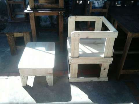 Sillón de madera con mesa de centro