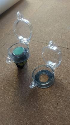 Tapa plástica para seguridad de pulsadores