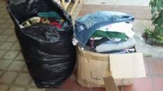 Caja y una bolsa con 200 prendas surtidas