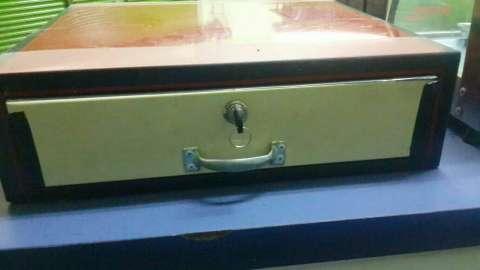 Exhibidora de empanadas y caja registradora