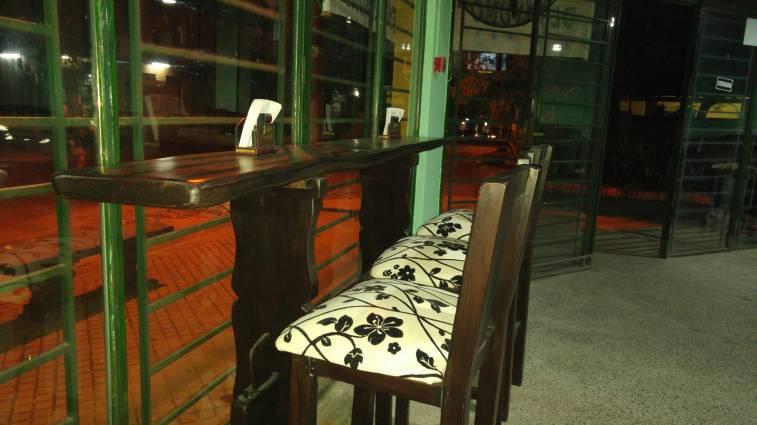 Barra de madera rustica con butacas christian for Butacas para barras en madera