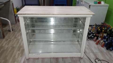 Vitrina de metal y vidrio con luz interior