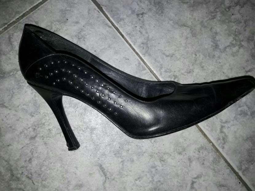 Zapato negro calce 38 - 1