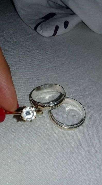 Par de alianzas con un anillo de compromiso de oro 18k