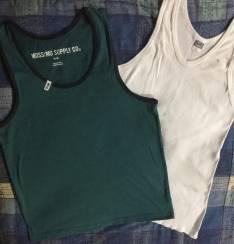 Camisilla verde tamaño M, y 1 blanco XL