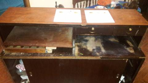 Mostrador de madera marrón claro con caja