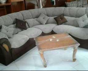 Living esquinero en tela chenille con almohadas