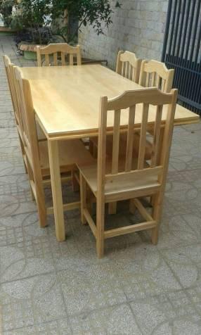 Comedor con seis sillas de madera barnizado