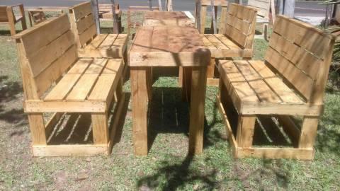 Mesa con sillones de palet