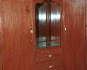 Ropero de tres puertas