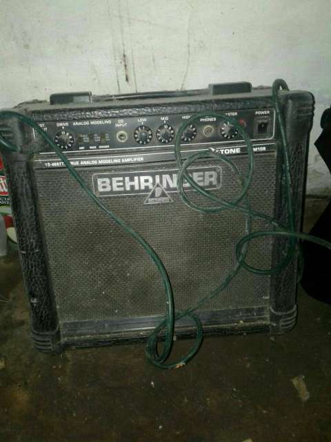 Amplificador Behringer de 15 Watts