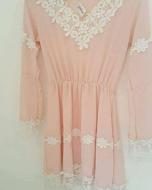 Vestido rosado con encajes blancos