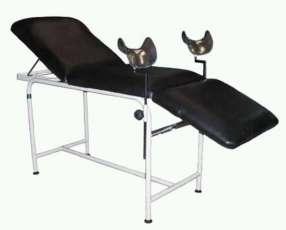 Camilla ginecológica con estribos y 3 secciones