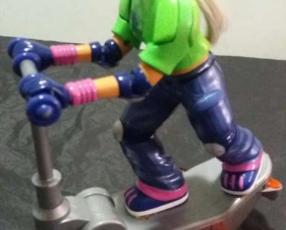 Patineta con muñeco