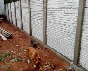 Instalación de murallas con bloques de hormigón pre moldeado