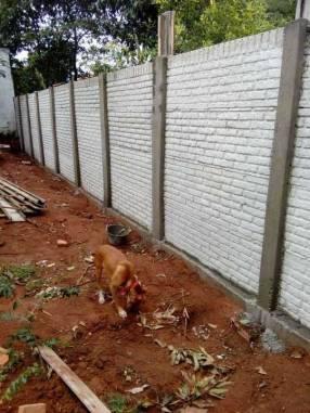 Instalación de muralla con bloques de hormigón pre moldeado