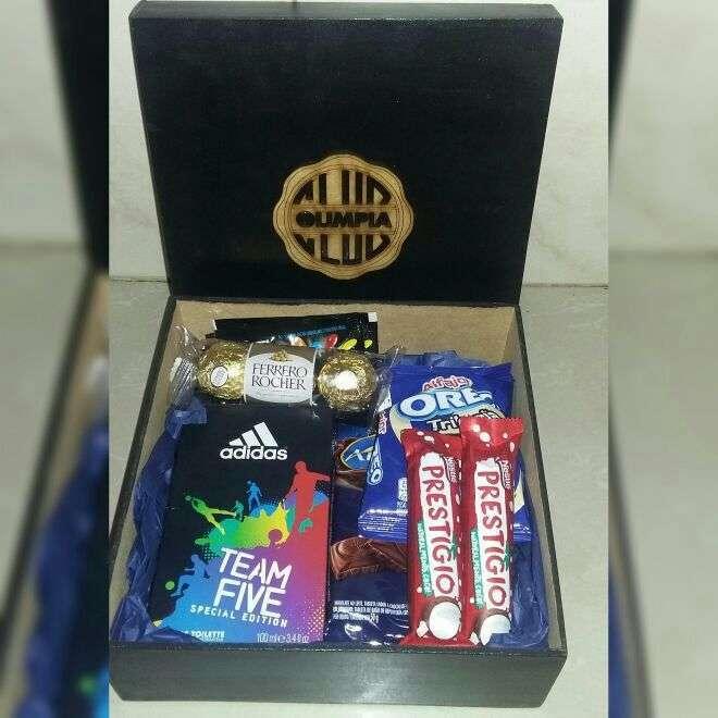 Caja con perfume y chocolates