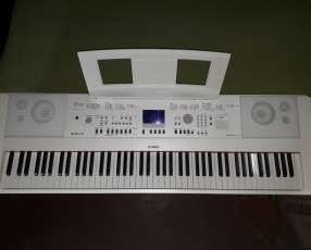 Piano digital Yamaha DGX 650WH soporte y atril