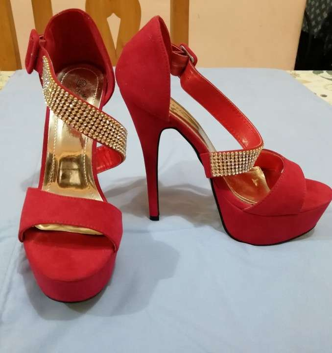 Calzado argentino super elegante, color rojo, calce 39. - 0