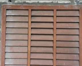Ventana de madera con marco