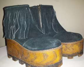 Bota negra de cuero con plataforma